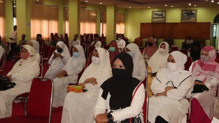 Pimpinan dan pegawai UISU sedang mengikuti peringatan Maulid Nabi Muhammad SAW kemarin (21/11)