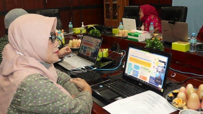 Dekan Fakultas Pertanian UISU, Dr. Ir. Murni Sari Rahayu, MP saat mengikuti webinar yang digelar Fakultas Pertanian UISU kemarin (14/1) berjudul Strategi , Peluang dan Tantangan Dalam Implementasi Kurikulum Kampus Merdeka dan Merdeka Belajar.