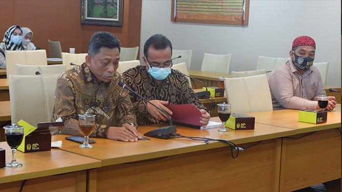 Rektor UISU, Dr. H. Yanhar Jamaluddin, MAP didampingi Dr. Marzuki sebagai Pengarah TIm yang juga Dekan Fakultas Hukum UISU dan Anggota Tim Muhammad Taufiq SH. Saat menyerahkan naskah akademik Rancangan Peraturan Daerah Inisiatif DPRDSU tentang Penanggulangan HIV/AIDS kepada Ketua DPRD Sumut Sumut Rahmansyah Sibarani di DPRD Sumut kemarin (3/12)