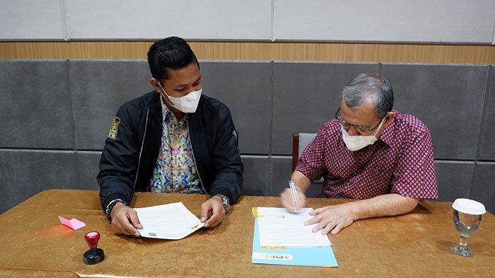 Ketua Umum Pengurus Yayasan UISU Prof Ismet Danial Nasution, drg., Ph.D menandatangani Berita Acara Serah Terima Aset Rumah Susun dihadapan Direktorat Rumah Susun Rahardian Eka Chandra dari Kementrian PUPR RI di Medan, Rabu (31/3).