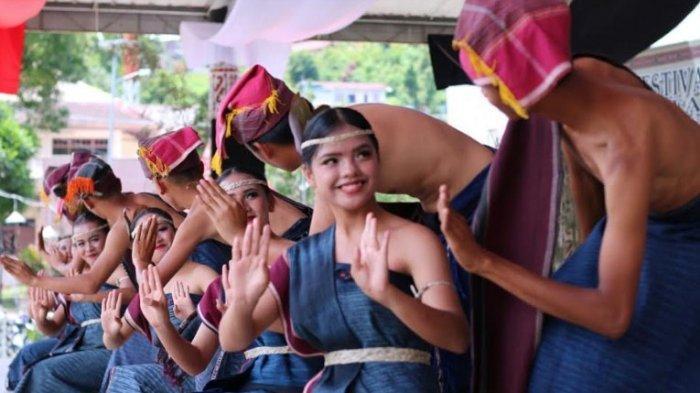 ULOS BATAK - Pemuda-pemuda Batak dari berbagai sanggar seni mengenakan ulos Batak pada festival tortor di Parapat, 2 April 2019 lalu. (Tribun-medan.com/Arjuna Bakkara)