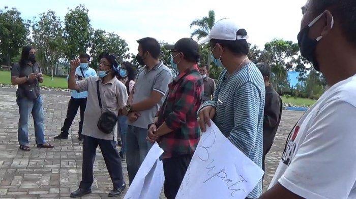 UNRAS DI TOBA - Suasana demo di Kantor Bupati Toba pada Senin (7/6/2021). (Tribun-medan.com/Maurits)