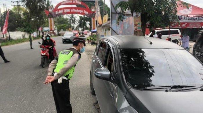 Proses pemeriksaan kendaraan yang masuk di Kota Pematangsiantar dilakukan petugas Pospam Penyekatan Simpang Sambo, Sabtu (22/5/2021) pagi lalu. (Tribun-medan.com/ Alija Magribi)