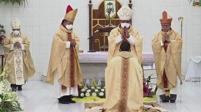 Penahbisan Uskup Sibolga Mgr Fransiskus TS Sinaga, Kardinal Berikan Empat Benda Rohani