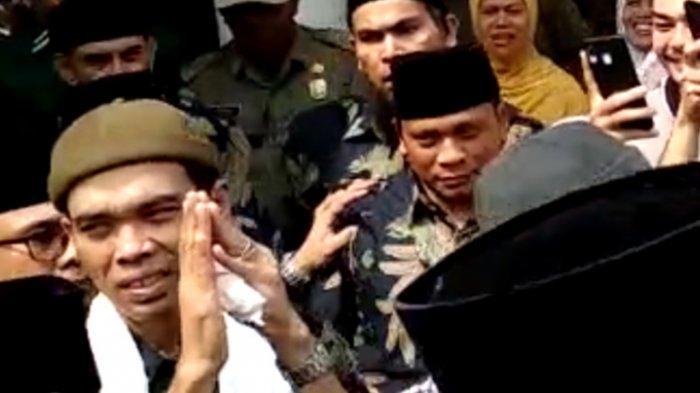 Ustadz Abdul Somad (UAS) Menangkup Tangan dan Tinggalkan Masjid Agung Medan
