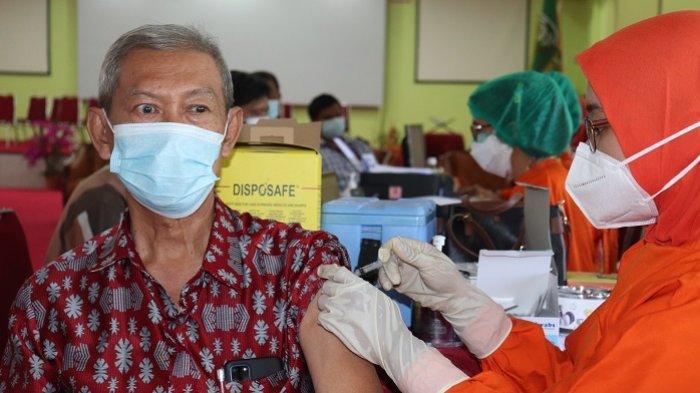 Salah seorang pegawai Fakultas Teknik UISU sedang mengikuti vaksinasi tahap kedua di Auditorium UISU Jalan SM Raja Medan, Kamis (22/7).