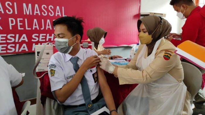 Badan Inteligen Negara Daerah (BINDA) Sumatera Utara (Sumut) menggelar vaksinasi Covid-19 tahap II di SMA Negeri 1 Medan, Kamis (12/8/2021). (TRIBUN MEDAN/GOKLAS WISELY).
