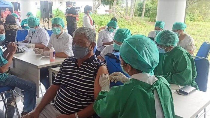 Vaksinasi lansia yang dilakukan di Toba dalam kegiatan vaksinasi massal di Pendopo Kantor Bupati Toba pada Jumat (7/5/2021). (Tribun-medan.com/ Maurits Pardosi)