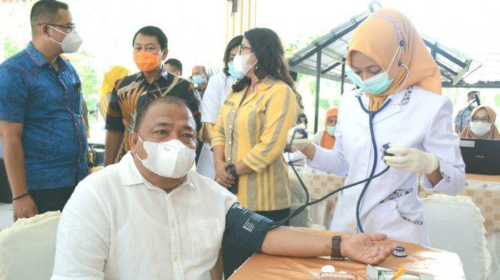 Bupati Langkat Terbit Rencana PA saat di vaksin dosis ke dua di Jentera Malay Rumdis Bupati Langkat, beberapa waktu yang lalu.
