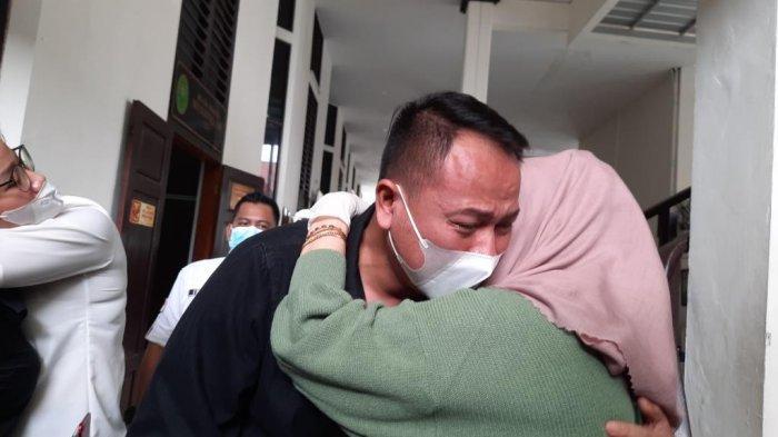 Vicky Prasetyo menangis memeluk ibunya seusai jalani sidang tuntutan di Pengadilan Negeri Jakarta Selatan, Kamis (1/7/2021).