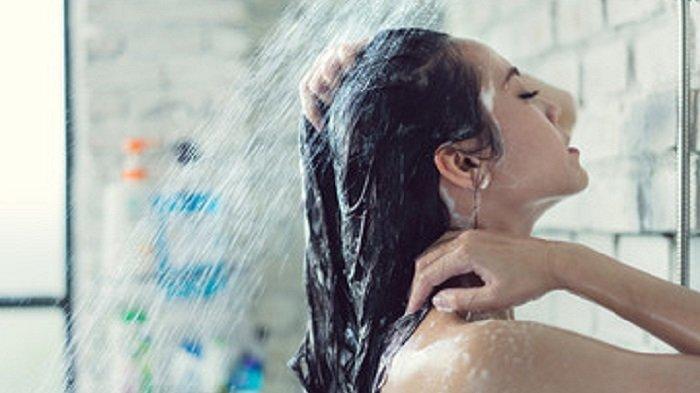 Ilustrasi Mandi - Video berdurasi 24 detik viral di media sosial. Video itu memerlihatkan seorang wanita yang tengah mandi di keramaian. (World of Buzz)