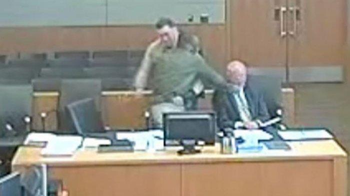 VIDEO Detik-detik Terdakwa Pukul Pengacaranya di Pengadilan yang Disaksikan Hakim, Reaksi Petugas