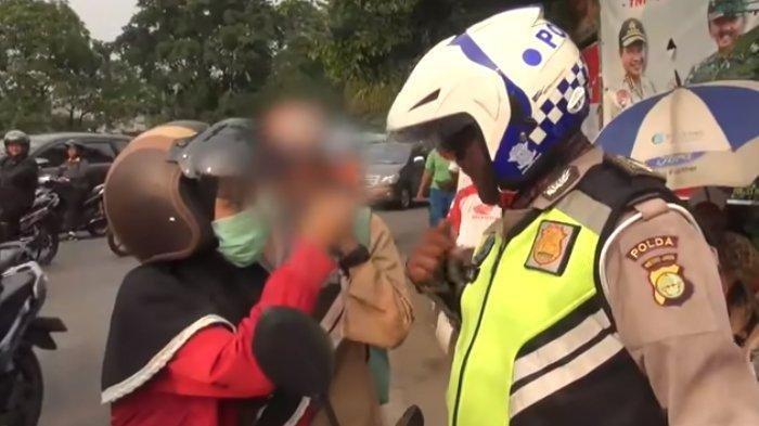 VIDEO Pengendara Wanita Ngamuk Ditilang Polisi Razia, Tunjuk Pengendara tak Pakai Helm gak Ditindak