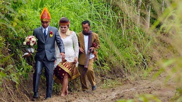 Viral pasangan pengantin di Sihaporas, Kecamatan Pematang Sidamanik, Kabupaten Simalungun harus melewati jalanan berlumpur menuju acara pemberkatan pernikahan di Gereja