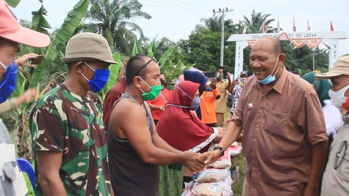 Serahkan Bantuan ke Korban Banjir, Wabup Langkat Pastikan Akan Selalu Hadir di Tengah Masyarakat