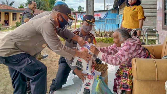 Tak Dapat Jatah dari Pemerintah, Nenek Ini Akhirnya Dapat Paket Sembako dari Polres Dairi