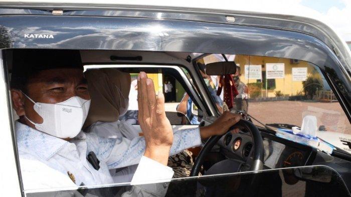 Wakil Bupati Serdang Bedagai Haji Darma Wijaya menyerahkan aset mobil dinas ke Pemerintah Kabupaten Serdang Bedagai usai berakhirnya masa jabatannya mendampingi Bupati Soekirman masa jabatan 2016-2021, Rabu (17/2/2021). (Tribun-medan.com/HO)