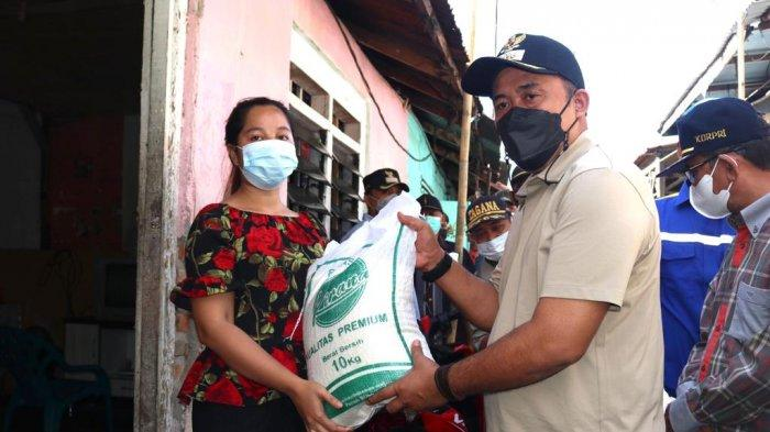 Aulia Rachman Serahkan Bantuan kepada Keluarga Terdampak Pandemi Covid-19 di Kelurahan Sunggal