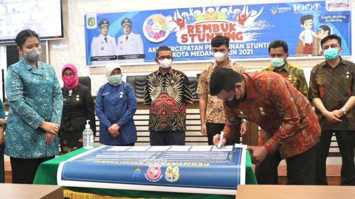 Wali Kota Medan, Bobby Nasution membuka kegiatan rembuk stunting di Balai Kota Medan. Hadir pada acara itu Sekda Kota Medan, Ibu Ketua PKK Kota Medan, Kahiyang Ayu.