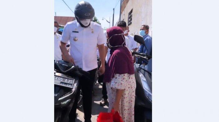 WALI Kota Bobby Nasution Kendarai Sepeda Motor Bagikan Sembako, 123.556 Warga Medan Terima Bantuan