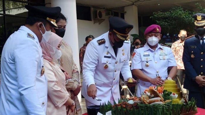 Wali Kota Medan Bobby Nasution saat memberikan tumpeng kepada Petugas P3SU di momen Hari Jadi Kota Medan, Kamis (1/7/2021). (Tribun-medan.com/Rechtin Ritonga)
