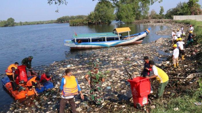 Dinas Kebersihan dan Pertamanan (DKP) Kota Medan Bersihkan Danau Siombak dari Sampah