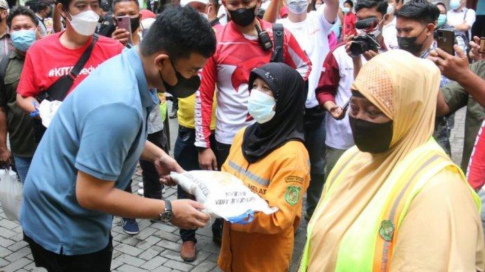 Nyaris Seperti Jokowi, Bobby Nasution Menyapa Petugas Kebersihan dan Beri Sembako
