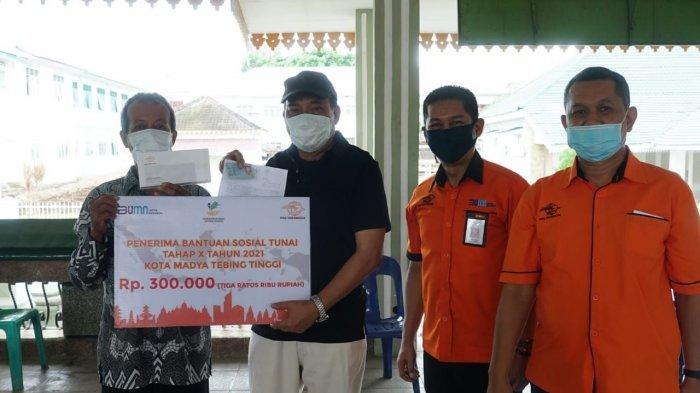 Wali Kota Tebingtinggi Turun Tangan Bagikan Bantuan Sosial Tunai Kepada Warga Terdampak Covid-19