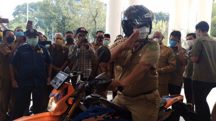 Hari Terakhir Bertugas, Wali Kota Tersingkat di Indonesia Ini Naik Motor Trail Tinggalkan Balai Kota
