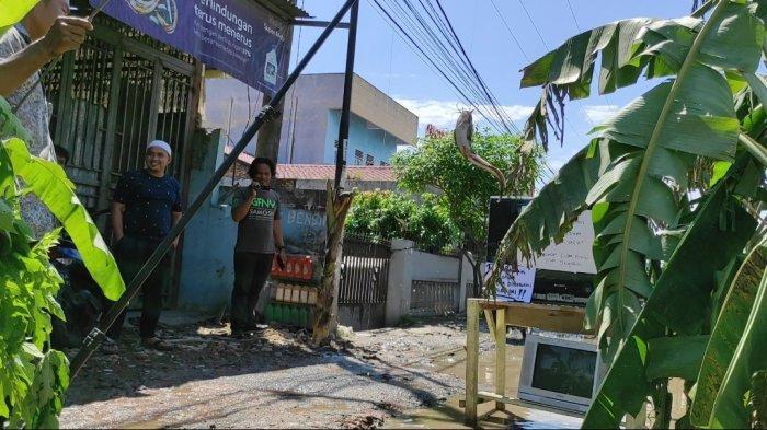 Warga Desa Sei Semayang Mancing Ikan Lele di Tengah Jalan, Kesal Jalan Rusak Tak Kunjung Diperbaiki