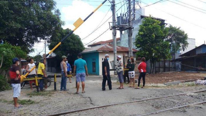 Jalan Diportal PT KAI, Warga Dirikan Palang Swadaya dan Pos di Lintasan Rel Berharap Portal Dibuka