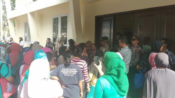 Pekerjaan Melipat Surat Suara Pemilu di Deliserdang Diprotes, Warga: Ini Namanya Bukan Kerjaan!