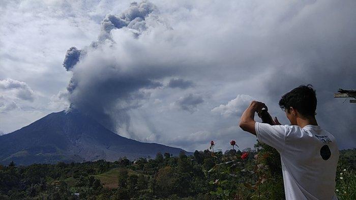 Gunung Sinabung Kembali Eupsi, Luncurkan Debu Setinggi 3.500 Meter