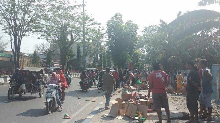 Warga Menjarah Isi Truk Angkutan, Jajanan dan Makanan Ringan yang Jatuh di Pinggir Jalan