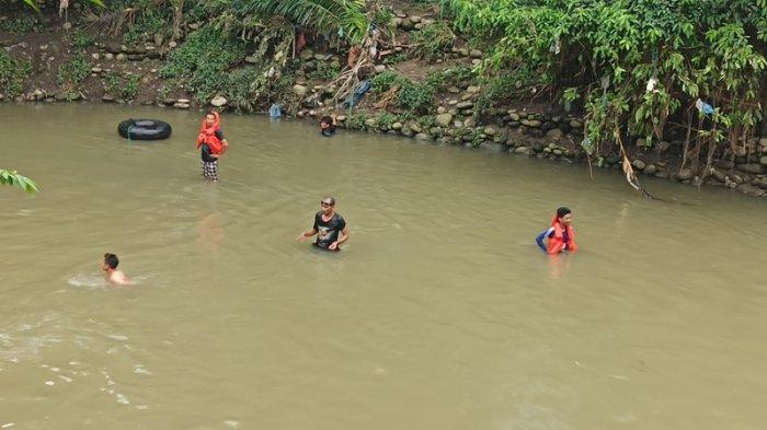 Cari Korban Hanyut di Beberapa Titik Sungai Sikambing, Warga Teriakkan Nama Dani