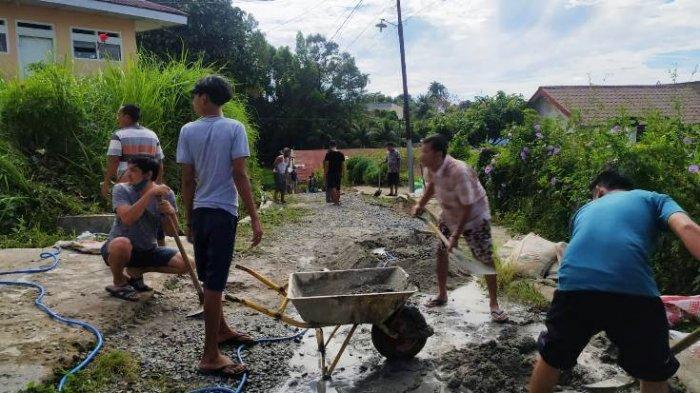 Warga Galang Dana dan Gotong Royong Tambal Jalan Sanggup Ketaren di Siantar Sitalasari