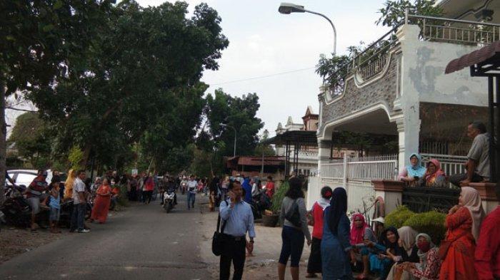 Sejak Pukul 09.00 sampai Sore, Ratusan Warga Sabar Nantikan Rekonstruksi Pembunuhan Hakim Jamaluddin
