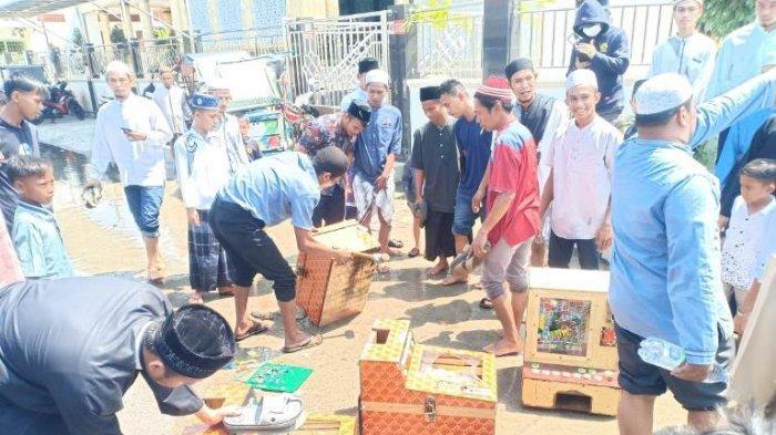 Jemaah Masjid Belawan Rampas dan Tenggelamkan Mesin Judi ke Banjir