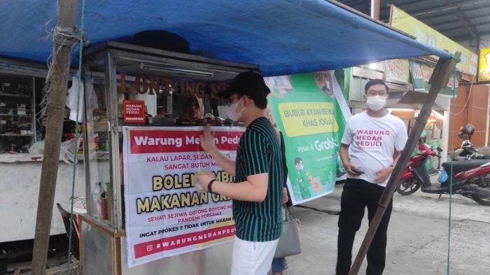Warung Medan Peduli Bagikan Nasi Bungkus ke Warga Terdampak
