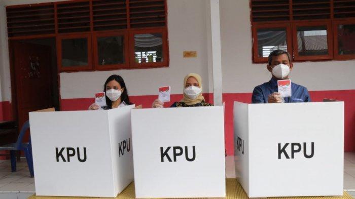 Bersama Isteri dan Anak, Sekda Pemkot Medan Gunakan Hak Pilihnya di TPS 23