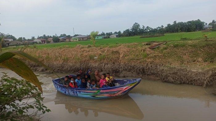 Pengunjung menikmati pemandangan Wisata Sawah Punden Rejo Tanjung Morawa, Minggu (16/5/2021).