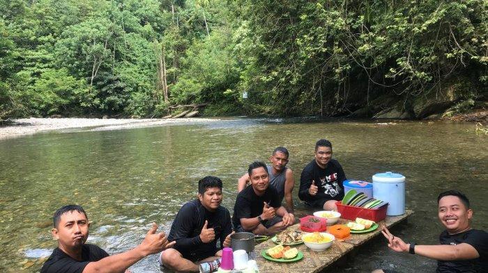 Batu Rongring, Lokasi Wisata yang Tawarkan Sensasi Makan di Atas Air