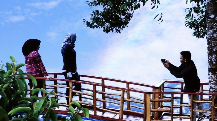 Wisatawan berfoto di Puncak Akui Langkat