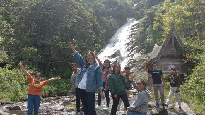 Wisatawan di Air Terjun Sitapigagan