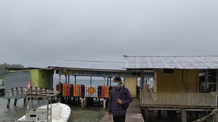 Wisatawan di Pantai Saiti di Nias Utara