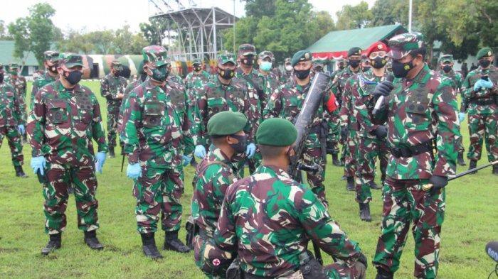 Panglima TNI Marsekal Hadi Tjahjanto memeriksa kesiapan prajurit Yonif Para Raiders 501/BY Kostrad yang akan dikirim ke Papua. (penkostrad)
