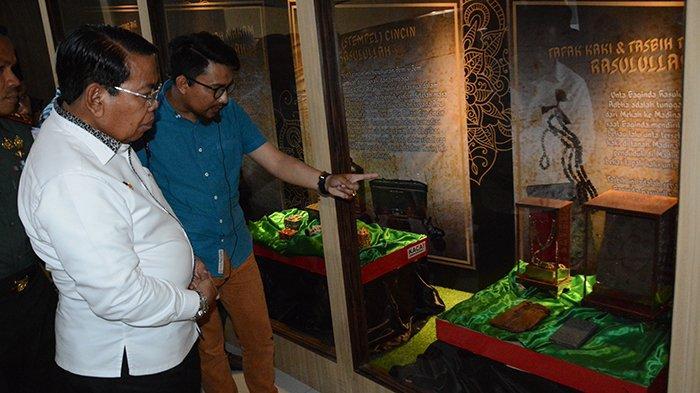 Wakil Bupati Deliserdang H. Zainuddin Mars membuka secara resmi pameran artefak Rasulullah dan para sahabat di Museum Deliserdang, Kec. Lubukpakam, Rabu (6/3/2019) sore.