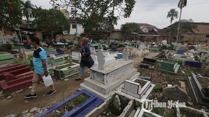 Suasana sepi peziarah di Pemakaman Minang, Jalan Brigjend Katamso, Medan, Sumatera Utara, Senin (5/4/2021). Seiring adanya imbauan pemerintah untuk mengurangi aktivitas di luar rumah selama pandemi COVID-19, tradisi ziarah makam setiap jelang bulan Ramadan di TPU terlihat sepi dari warga.TRIBUN MEDAN/RISKI CAHYADI