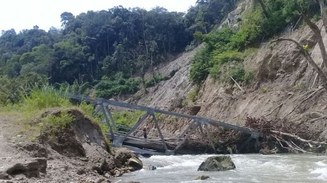 bangunan-jembatan-yang-menghubungkan-desa-siarangarang_20180523_180654.jpg