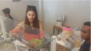 Dulu Dijuluki Ratu Sinetron, Kini Artis Ini Buka Warung Nasi, Intip Potretnya saat Melayani Pembeli